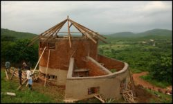 Poutres bois charpente toiture - chalet-eartbag - Ghana © migratingculture
