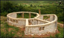 Poutres et poteaux en béton - chalet-eartbag - Ghana © migratingculture