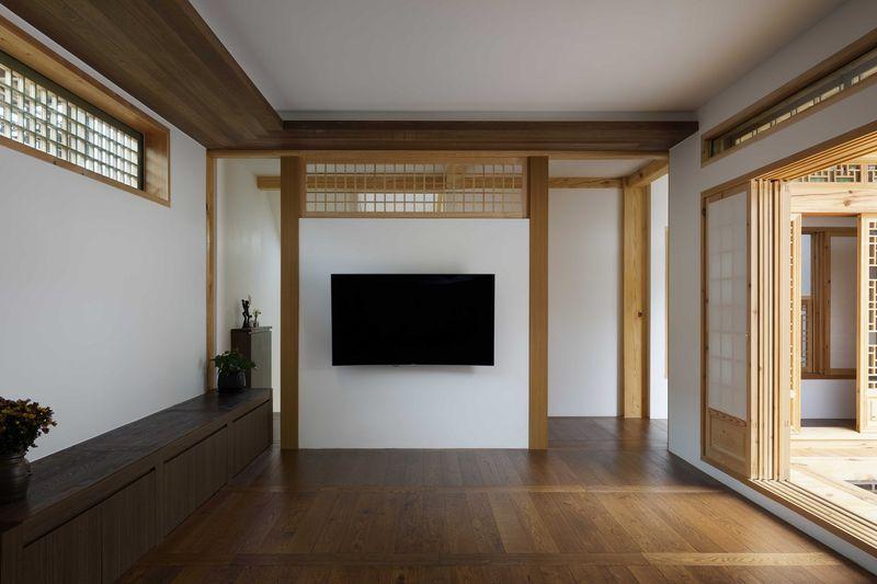 Sol parquet bois pièce principale entrée - Su-o-jae par studio-GAON - Jingwan-dong, Coree du Sud © Youngchae Park