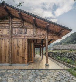 Terrasse bois lambris et cour pvé pierres - Springstream-House par WEI architects - Fuding, Chine © Weiqi Jin