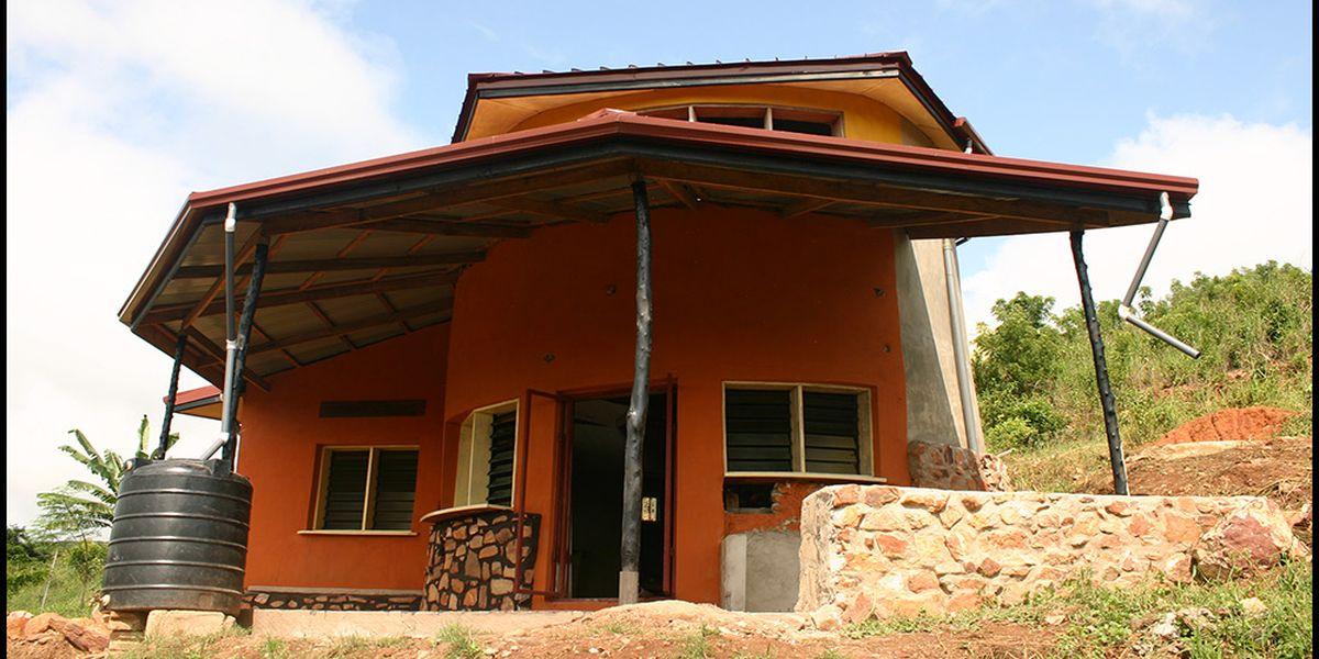 Une - chalet-eartbag - Ghana © migratingculture