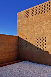 Cour avec graviers et enduit terre sable sur mur - Through Gardens House par BAM Architects - Parvaneh, Iran