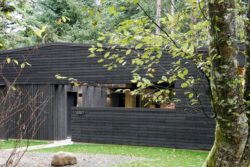 Façade bois sombre - Courtyard-House par Robert Hutchison Architecture - Seattle, USA © Mark Woods