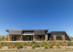Façade principale et grandes ouvertures vitrées - Core 9 par Beaumont Concepts - Cape Paterson, Australie © Warren Reed