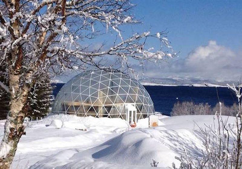 Façade principale hiver Nature-House par Solardome - Sandhornoya, Norvege