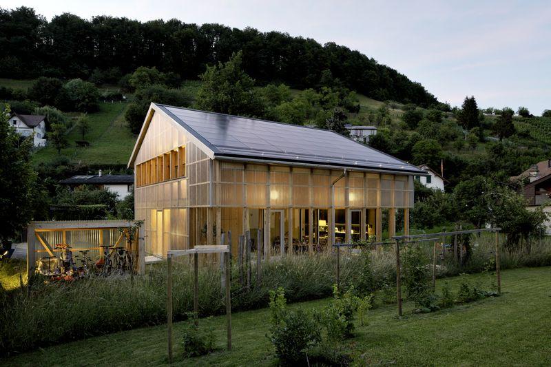 Façade principale illuminée - House-C par HHF - Ziefen, Suisse © Tom Bisig