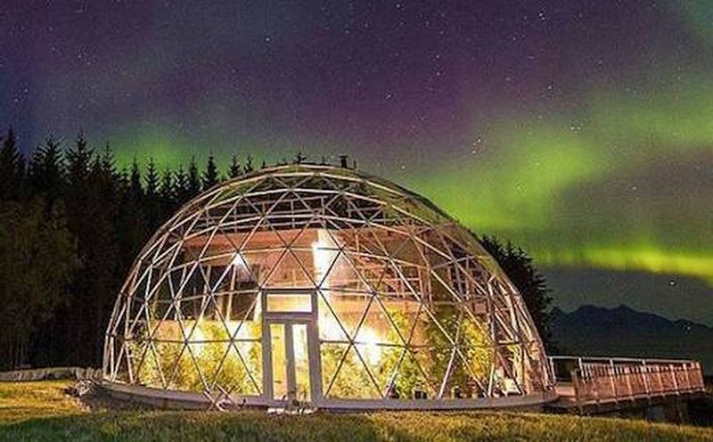 Façade principale illuminée Nature-House par Solardome - Sandhornoya, Norvege
