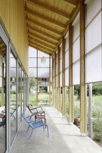 Façade terrasse couverte - House-C par HHF - Ziefen, Suisse © Tom Bisig