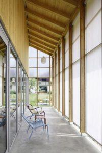 Façade terrasse totalement couverte - House-C par HHF - Ziefen, Suisse © Tom Bisig
