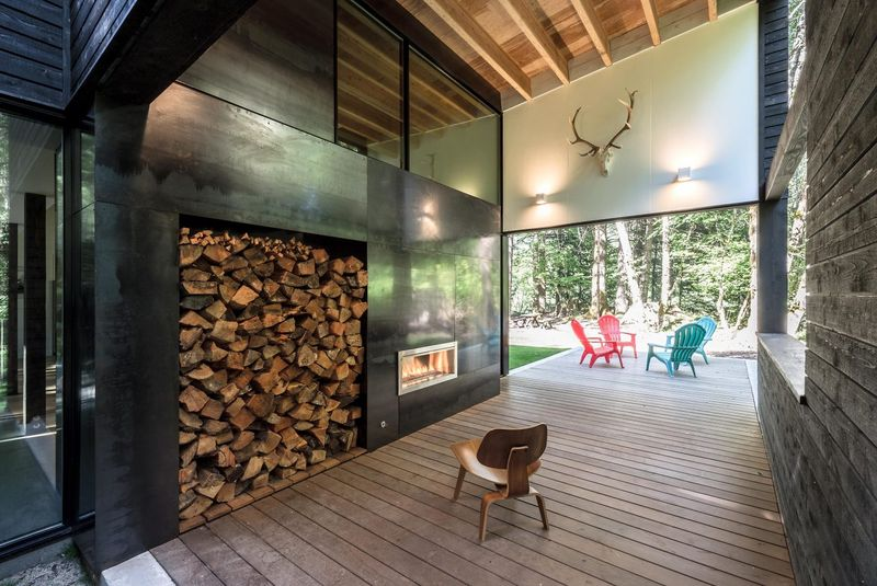 Grande cheminée acier - Courtyard-House par Robert Hutchison Architecture - Seattle, USA © Mark Woods