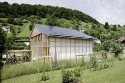 Jardin et façade principale couverte - House-C par HHF - Ziefen, Suisse © Tom Bisig