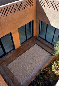 Petit cour intérieure avec mini jardin - Through Gardens House par BAM Architects - Parvaneh, Iran