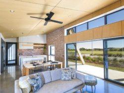 Pièce de vie et grande porte vitrée coulissante - Core 9 par Beaumont Concepts - Cape Paterson, Australie © Warren Reed