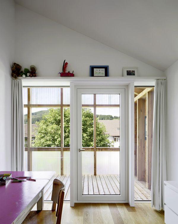 Porte vitrée accès balcon - House-C par HHF - Ziefen, Suisse © Tom Bisig