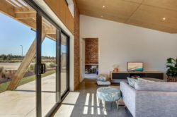 Porte vitrée coulissante et salon avec écran TV - Core 9 par Beaumont Concepts - Cape Paterson, Australie © Warren Reed