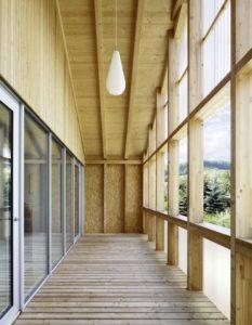 Portes vitrées coulissantes balcon - House-C par HHF - Ziefen, Suisse © Tom Bisig