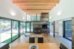 Salla séjour et cheminée - Courtyard-House par Robert Hutchison Architecture - Seattle, USA © Mark Woods