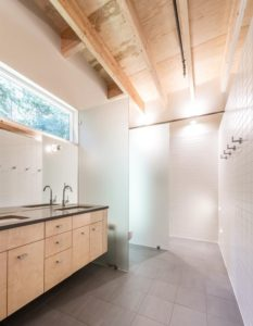 Salle de bains - Courtyard-House par Robert Hutchison Architecture - Seattle, USA © Mark Woods