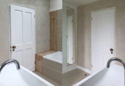 Salle de bains avec murs d'argile - Heated Clay Wall par Silke Stevens - Londres, Angleterre