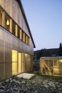 Structure bois avec matériau translucide illuminée - House-C par HHF - Ziefen, Suisse © Tom Bisig