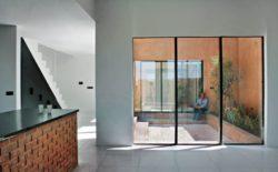 Table cuisine et grandes portes vitrées coulissantes - Through Gardens House par BAM Architects - Parvaneh, Iran