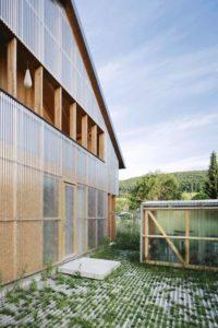 matériaux translucide façde arrière - House-C par HHF - Ziefen, Suisse © Tom Bisig