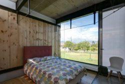 Chambre et grande baie vitrée - container-house par Daniel Moreno Flores - Guayaquil, Equateur © Federico Cairoli