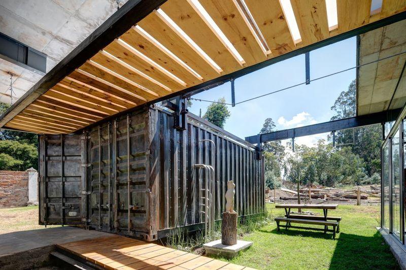 Container et façade jardin - container-house par Daniel Moreno Flores - Guayaquil, Equateur © Federico Cairoli