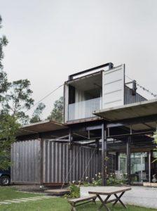 Container superposés - container-house par Daniel Moreno Flores - Guayaquil, Equateur © Federico Cairoli