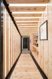 Couloir en bois - container-house par Daniel Moreno Flores - Guayaquil, Equateur © Federico Cairoli