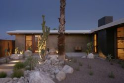 Cour intérieure illuminée - Chino-Canyon-House par Hundred Mile House, Palm Springs - USA © Lance Gerber