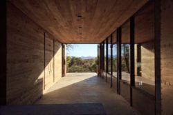 Entrée principale et bardage bois façade mur - Casa-Caldera par DUST - Texas, USA © Cade Hayes