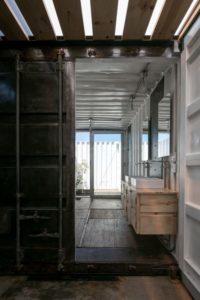 Espace container entrée salle de bains - container-house par Daniel Moreno Flores - Guayaquil, Equateur © Federico Cairoli