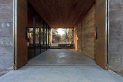 Façade entrée - Casa-Caldera par DUST - Texas, USA © Cade Hayes