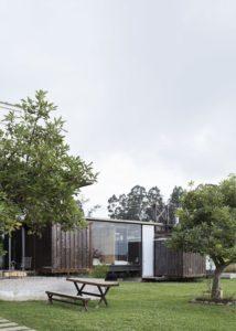Façade jardin - container-house par Daniel Moreno Flores - Guayaquil, Equateur © Federico Cairoli