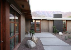 Grandes portes bois vitrées - Chino-Canyon-House par Hundred Mile House, Palm Springs - USA © Lance Gerber