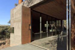 Grandes portes métalliques - Casa-Caldera par DUST - Texas, USA © Cade Hayes