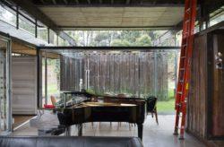 Piano et salle séjour - container-house par Daniel Moreno Flores - Guayaquil, Equateur © Federico Cairoli