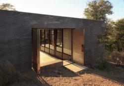 Portes métalliques entrée - Casa-Caldera par DUST - Texas, USA © Cade Hayes