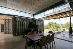 Salle séjour et vue terrasse - container-house par Daniel Moreno Flores - Guayaquil, Equateur © Federico Cairoli