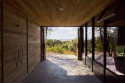 Entrée et bardage bois intérieur - Casa-Caldera par DUST - Texas, USA © Cade Hayes
