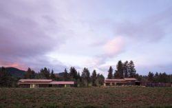 Vue principale ensemnble des bâtiments - Trout-Lake-House par Olson Kundig - Washington, USA © Jeremy Bittermann