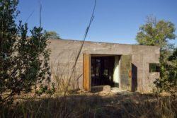 portes métalliques bifléchissantes - Casa-Caldera par DUST - Texas, USA © Cade Hayes