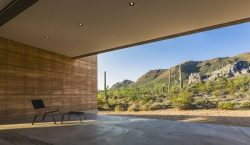 Entrée parking et plafond lumineux - Mountain-Retreat par DUST - Tucson, USA © Jeff Goldberg
