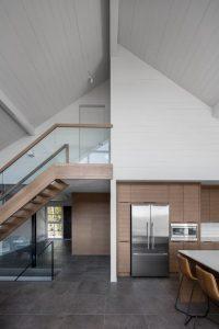 Escalier bois et séjour - High-Altitude-Style par Jane Hope - Saint-Sauveur, Canada © Adrien Williams