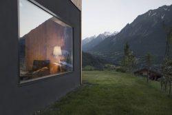 Façade béton et jardin - CNR-House par Alp-Architecture - Vollèges, Suisse © Christophe Voisin