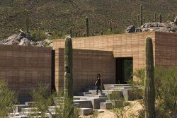 Façade en terre et escalier extérieur - Mountain-Retreat par DUST - Tucson, USA © Jeff Goldberg