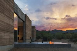 Façade en terre et terrasse - Mountain-Retreat par DUST - Tucson, USA © Jeff Goldberg