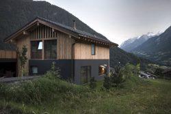 Façade principale et jardin - CNR-House par Alp-Architecture - Vollèges, Suisse © Christophe Voisin