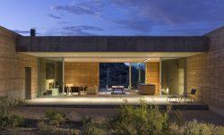 Grande porte vitrée et vue pièce de vie - Mountain-Retreat par DUST - Tucson, USA © Jeff Goldberg